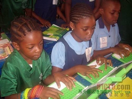 每位儿童一台笔记本电脑