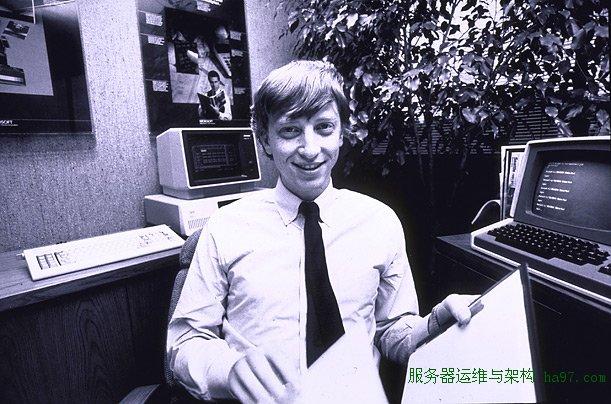 1982年,盖茨在微软办公室   谋万世全局者