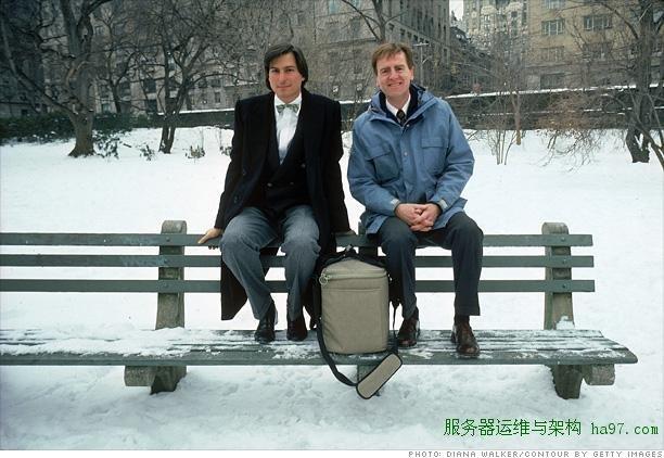 1984年,乔布斯和约翰·史考利带着Macintosh参加电脑展 谋万世全局者
