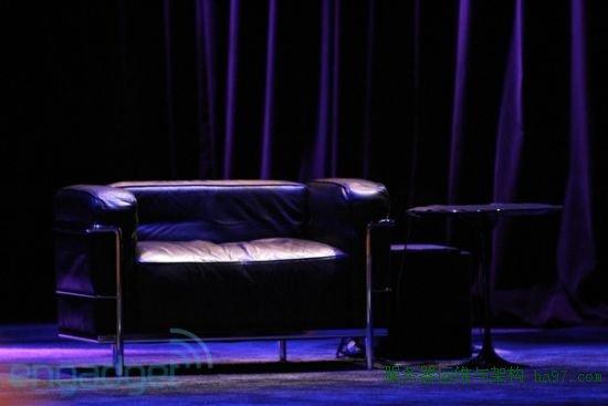 台上还是放着那张熟悉的沙发